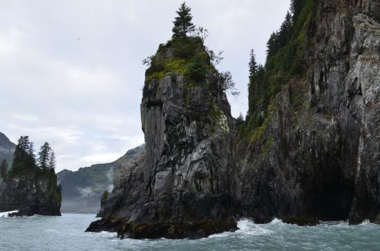 Kenai Fjords Glacier Lodge: A sea stack on our ferry ride to the lodge