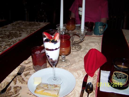 Nicolin Mansion Bed & Breakfast: Candlelit breakfast