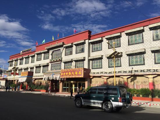 Tashi Choten Hotel: Front of hotel