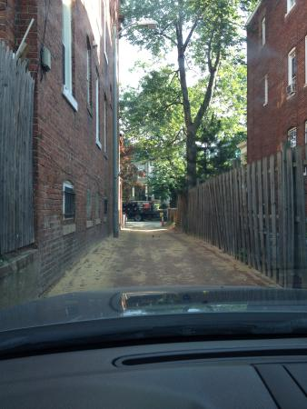 Asante Sana Guest Quarters : Alley to get to guest parking