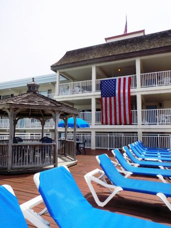 Summer Station Hotel: Th huge flag they added for July 4th!