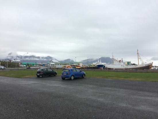 Hotel Edda Hofn: Vista do estacionamento.