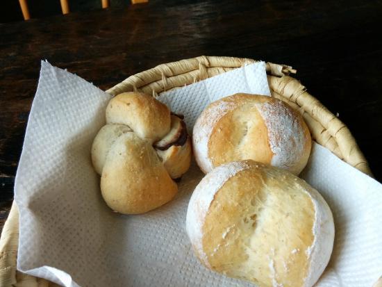 Miyukinomori Youth Hostel : 最終日朝食のパン。世界一美味しいアンパンは左側に。