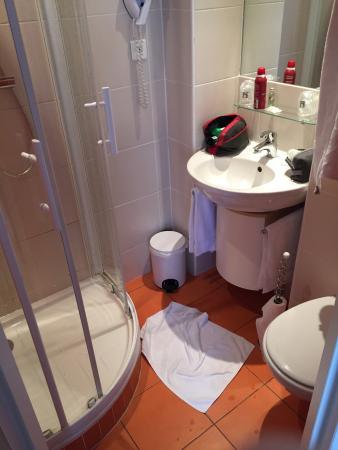 Comfort Hotel Dinard Balmoral : La salle de bain comme la chambre sont petites, mais tres propres, calmes et bien isolees des au