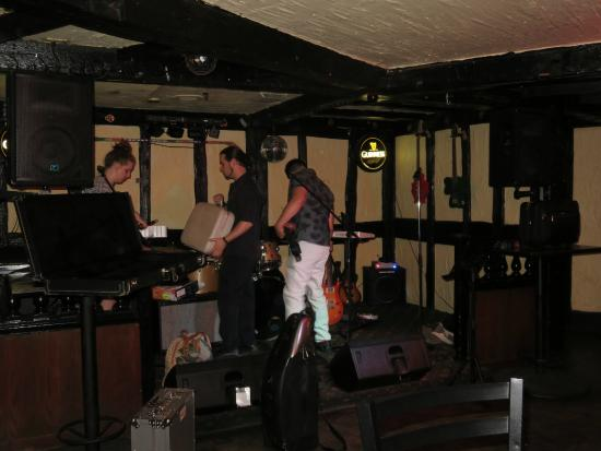 Rose & Crown : The Band Setting Up