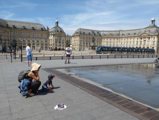 Espejo de agua y plaza de la bolsa con el tranv a for Miroir d eau bordeaux