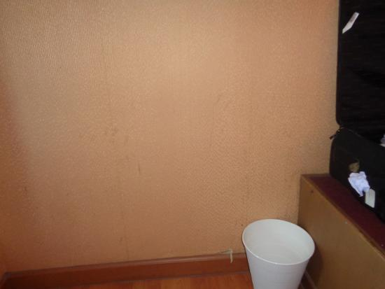 Aunchaleena Bangkok Hotel: Dirty walls