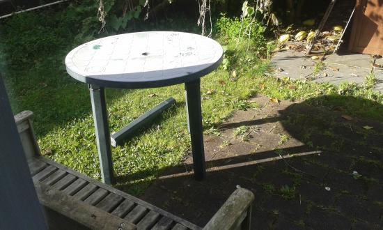 Auckland Newmarket Motel: Broken table leg laying around