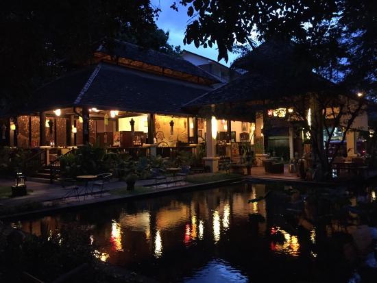 Sfeervol verlicht in avond! - Picture of Lanna Dusita Riverside ...
