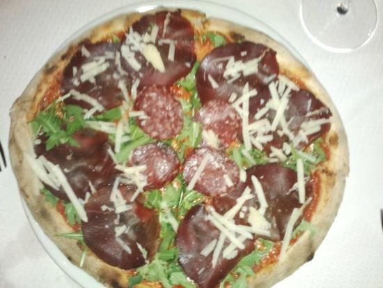 Sassetta, Italie : Pizza con salame e prosciutto di cervo