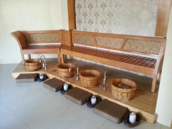 Tree Shade Spa: Foot washing area