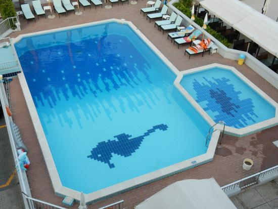 Vue de la piscine depuis la chambre photo de hotel la for Centre claude robillard piscine horaire