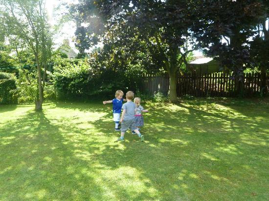 Fadmoor, UK: Large enclosed garden.