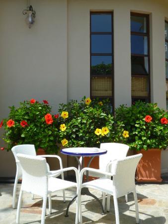 Hotel Beau Sejour: Une table sur la terrasse