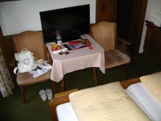 Hotel Eberl: Großer Fernseher - kann aber nur liegend im Bett genutzt werden.