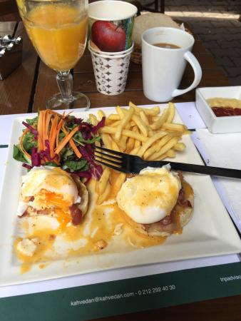 Kahvedan : Eggs benedict just the way i like!