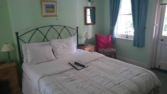 Pickwick's Guest House: bed