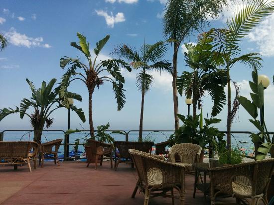Blue Sea: Terrazina sul mare per sorseggiare un buon aperitivo