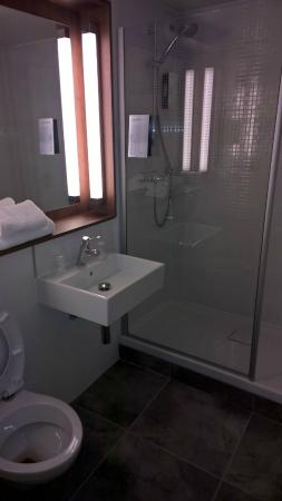 Campanile Chambery : salle de bain moderne et spacieuse
