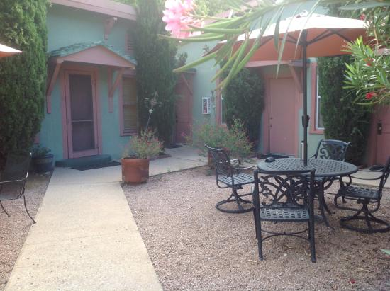 Jonquil Motel: Center courtyard