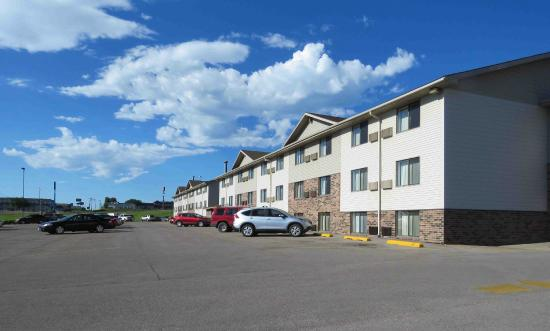 Super 8 by Wyndham Rapid City/Lacrosse St: Hotel & grounds