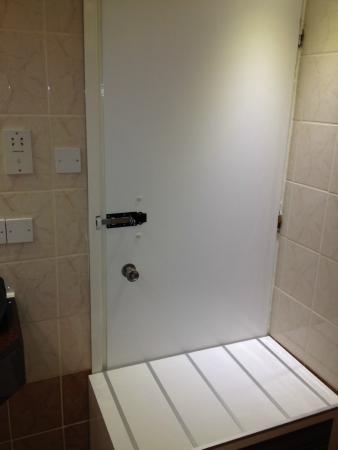 Asterias Beach Hotel: Ванная комната первого номера, дверь ведет в коридор отеля.