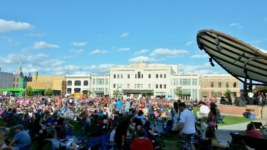 Jefferson Street Inn: concert at the square across the street