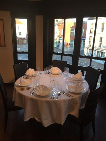 Dungarvan, Irlandia: Beautiful table one overlooking the town square dressed in crisp white linnen