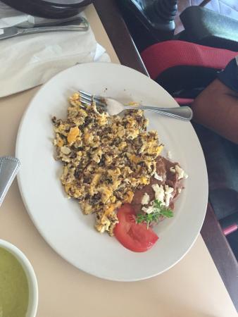 El Mexikanissimo : Huevos mexikanissimo, machacado con huevo y omelette con queso y tocino.
