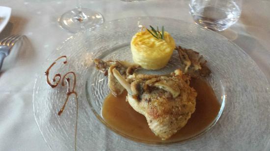 Cazilhac, Francia: Suprême de pintade aux pleurottes, flan de linguines au Pélardon, jus au miel