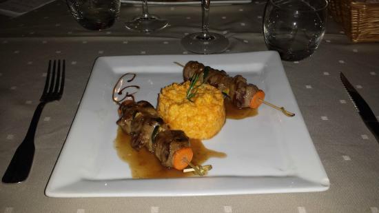 Cazilhac, Francia: Brochettes d'agneau grillées, sauce à la Cartagène et écrasé de carottes au romarin