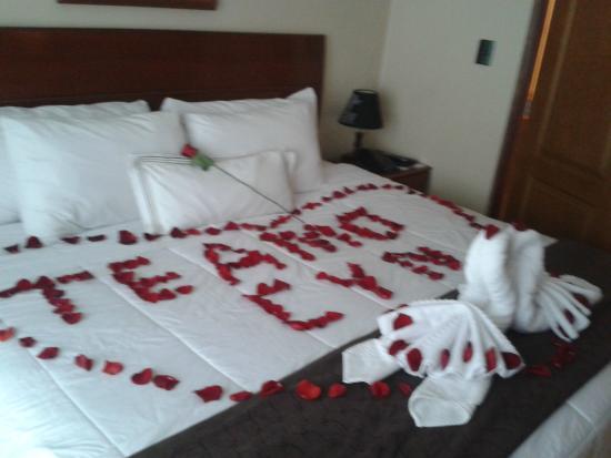 Paquete para parejas cama decorada con p talos de rosas for Cuartos decorados para una noche de amor