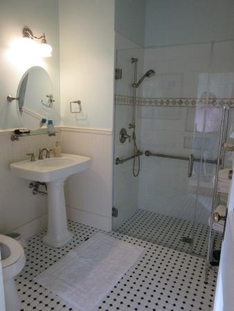 The Patriot House: Wonderful  bathroom  and walk-in shower