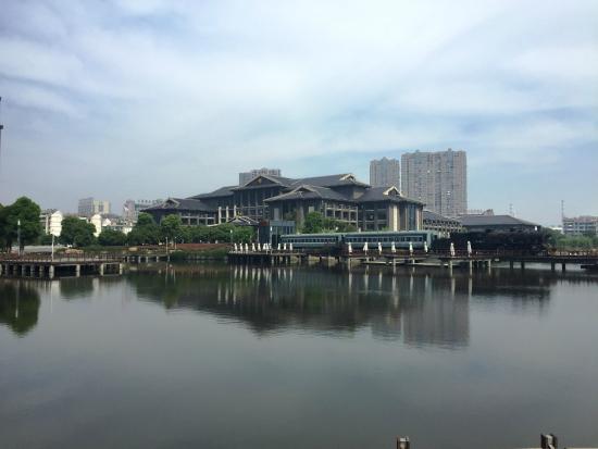Tongquetai New Century Grand Hotel : Vie wof the hotel from across the inner lake