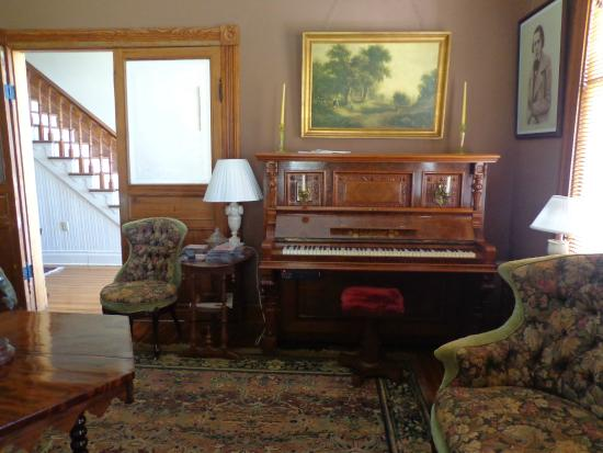 Bluff Top Bed and Breakfast: salon avec piano qui joue tout seul