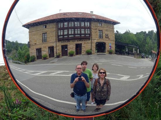 Hotel Casona del Nansa: La familia en la Casona del Nansa. Vista desde espejo de carretera.