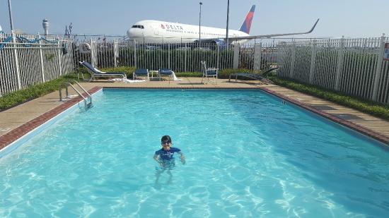 Renaissance Concourse Atlanta Airport Hotel: 767 overlooking hotel pool