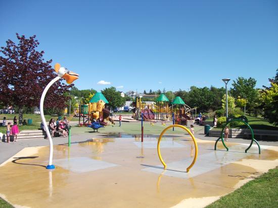 les jeux d 39 eau pour les enfants parc beaus jour photo. Black Bedroom Furniture Sets. Home Design Ideas