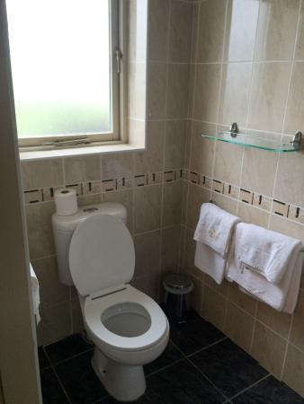 Portmagee Heights: bathroom