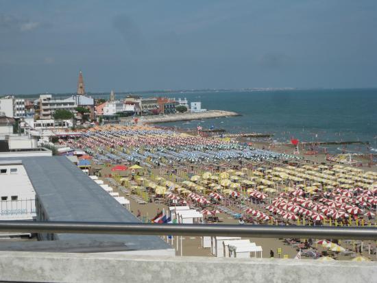 Montecarlo: Vista della spiaggia e del centro di Caorle dal balcone della stanza.