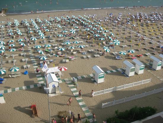 Montecarlo: Spiaggia in uso all'hotel vista dal balcone della stanza.
