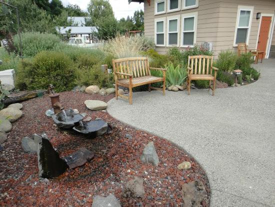 Bronze Antler Bed & Breakfast: Lovely gardens outside the Mirror Lake Suite's private entrance.