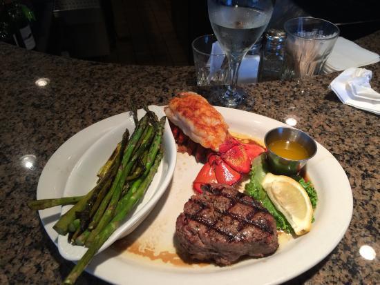 Lucky's Steak House : Filet & Lobster - Yum!