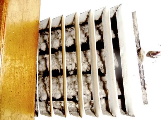 Midtown Inn: Clogged AC vent