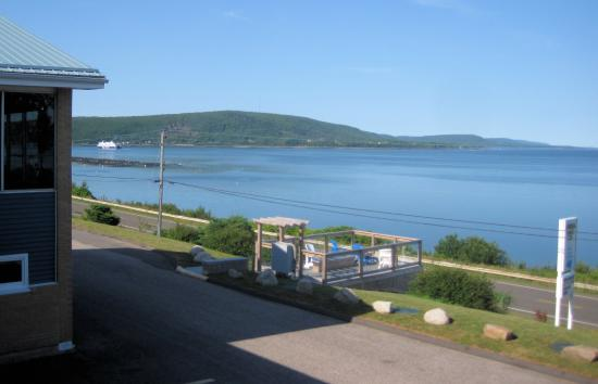 Admiral Digby Inn and Cottages: Admiral Digby Inn from our room, with view of the Digby Ferry coming in. Windows to left is the