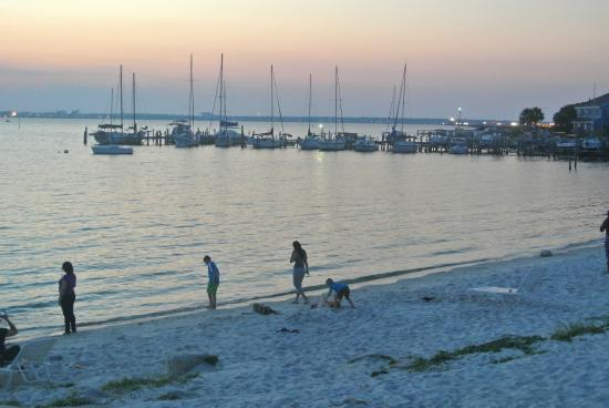 Quality Inn and Suites: The private beach in the evening