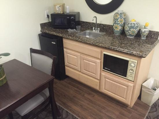 Rodeway Inn & Suites: Small dining area