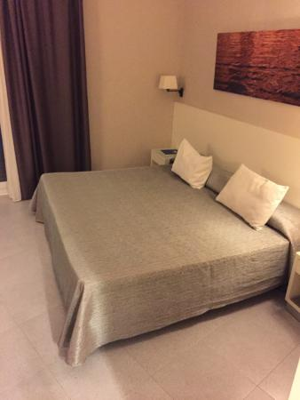 Hotel Calipolis: HUGE King bed.