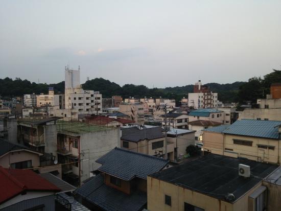 Iwaso : 市街地にある旅館なので、部屋からの眺めはこんな感じです。