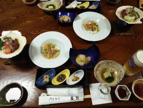 Iwaso : この写真の内容に、焼き魚、刺身、とろろ蕎麦がついていたと思います。
